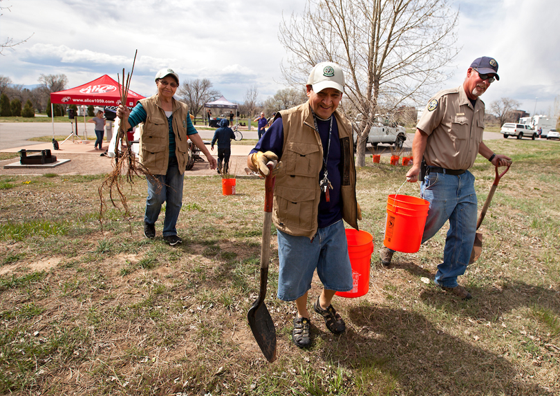 A Cherry Creek State Park staff member works with volunteers.